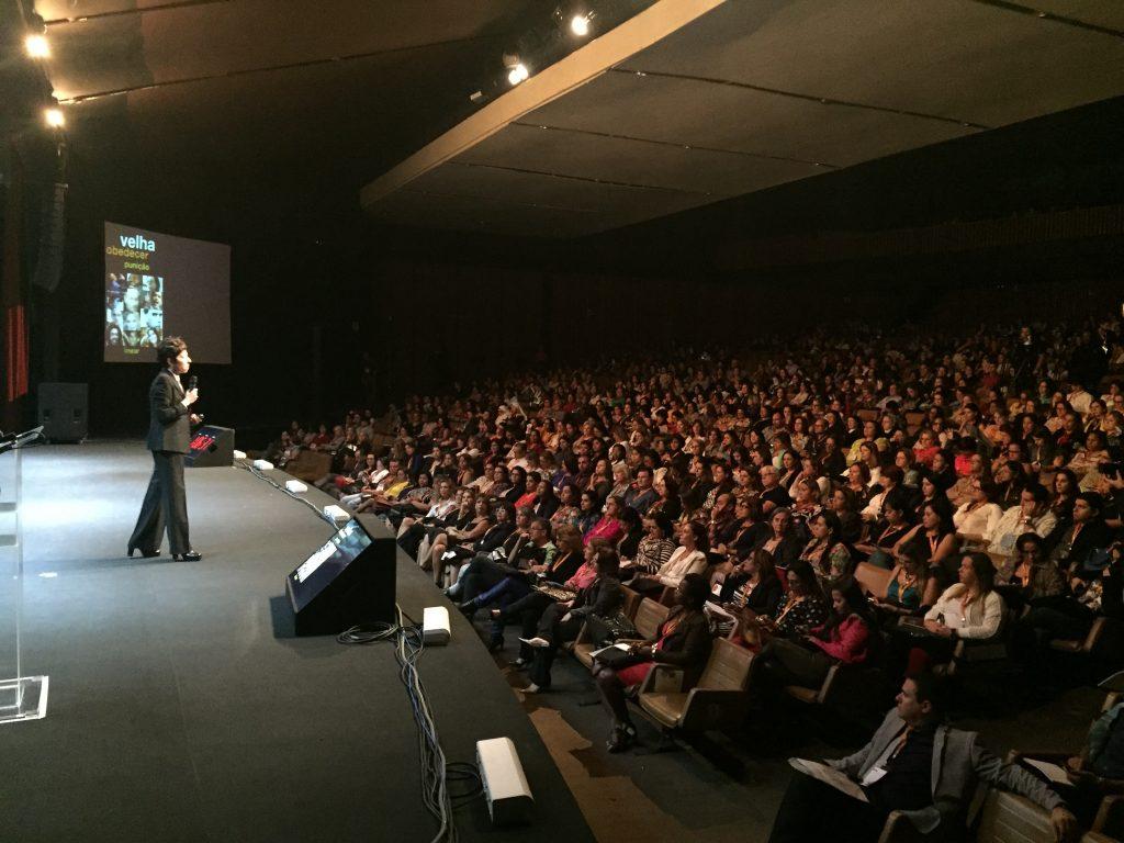 Nesta palestra para 1.000 pessoas do Grupo Pitágoras foi que resolvi deixar a consultoria de lado e me dedicar exclusivamente a palestrar. Obrigada a todos os meus clientes!