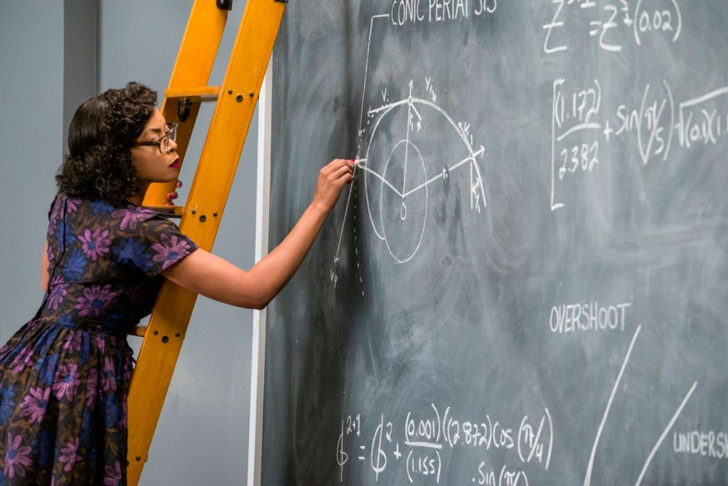 Taraji Henson interpreta Katherine Johnson, o gênio matemático da NASA.