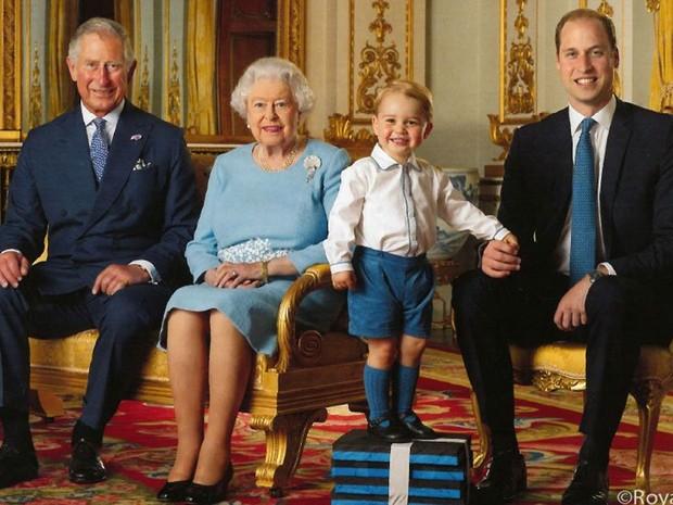 A perennial Rainha Elizabeth II, 92, seu filho BabyBoomer Charles, 69, o neto Millennial (Y) William, 35 e bisneto Geração A, George, 4 anos (Foto: Royal Mail/Reprodução