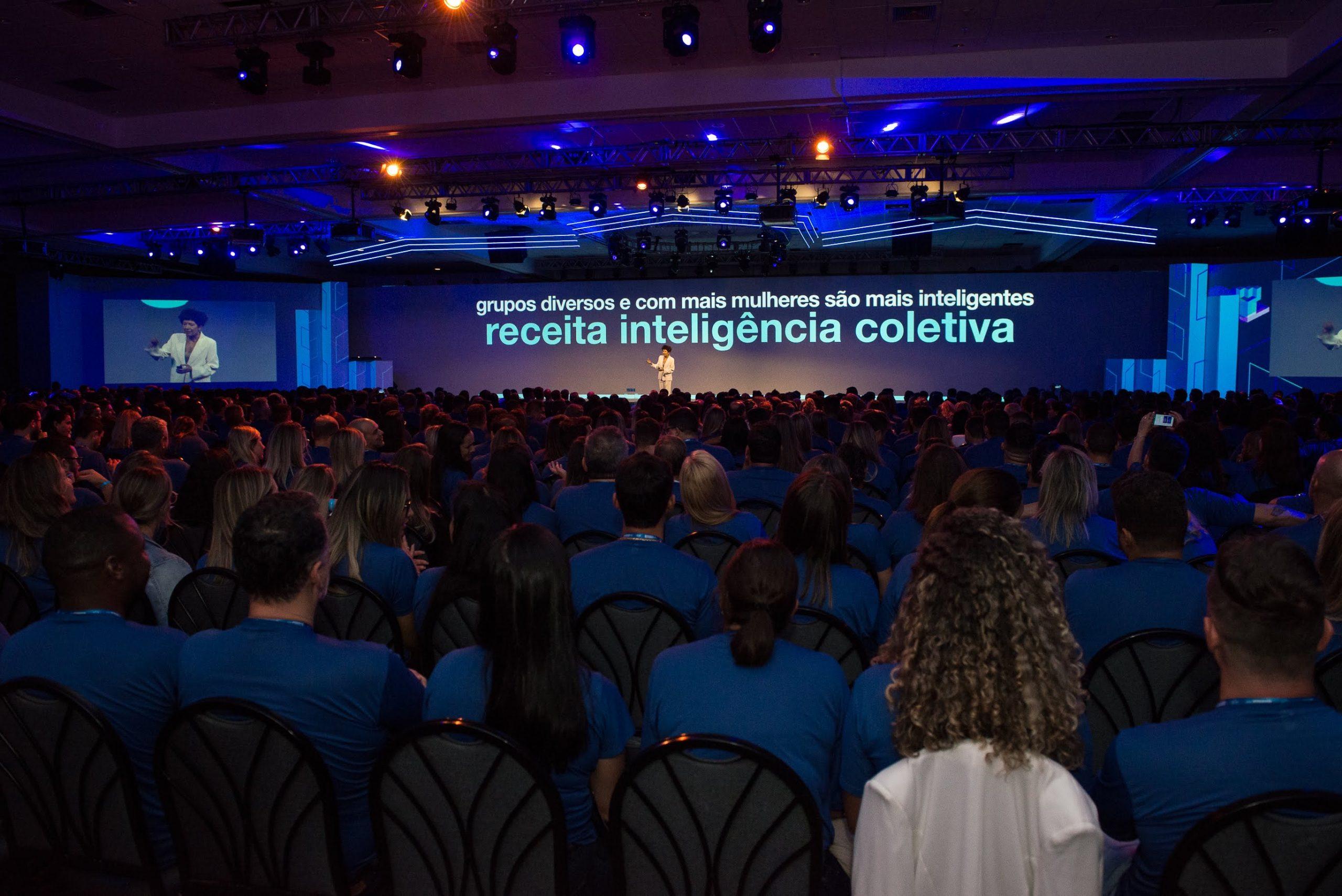 Palestrante Beia Carvalho, palestrando para 2.000 pessoas da EMS, em 2020